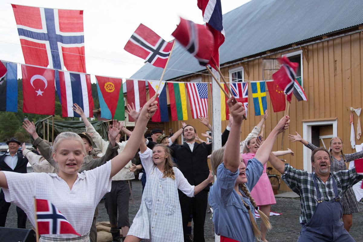 Livet på Felgen – et sykkelverksted under krigen av Hans Rotmo Del 6: Flagget